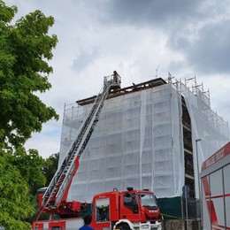 Seriate, brucia il tetto di una casa in ristrutturazione: danni ingenti - Foto