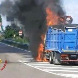 Seriate, camion in fiamme all'uscita del casello: arrivano i vigili del fuoco - Le foto