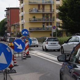 Si posa la passerella di Campagnola: chiude la circonvallazione. Lunghe code in città - Le foto