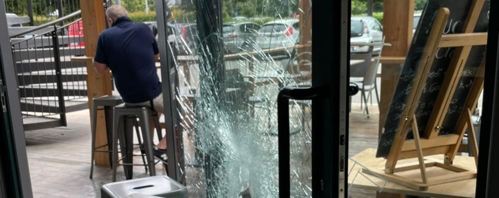 Spaccata al bar a Treviglio, ma il ladro in fuga dimentica il cellulare