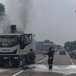 Spazzatrice in fiamme a Ranica: nessun ferito, rogo domato dai pompieri - Foto
