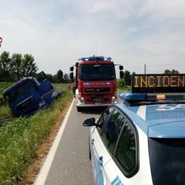Sterza per evitare la collisione, camion finisce in un canale a Fontanella: 60enne ferito