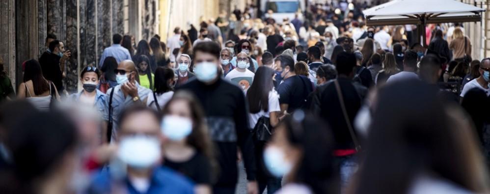 Stop alle mascherine all'aperto dal 28 giugno. Resta l'obbligo sui mezzi pubblici e nei luoghi affollati