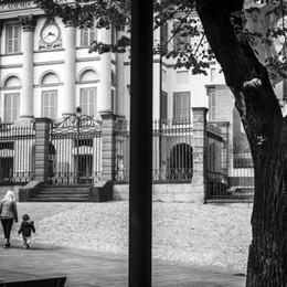 Sui manifesti nella città le fotografie di Acerbis raccontano Bergamo che rinasce dopo il Covid