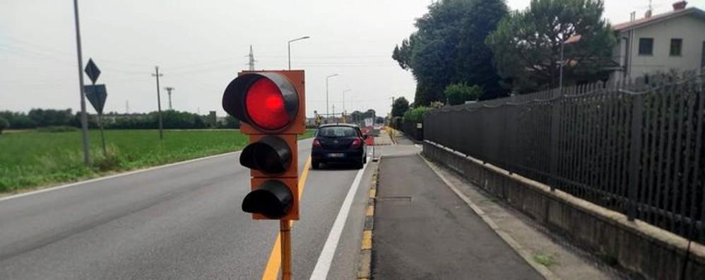 Taglia i cavi elettrici e «spegne» i semafori su via Vittorio Veneto a Bonate Sotto