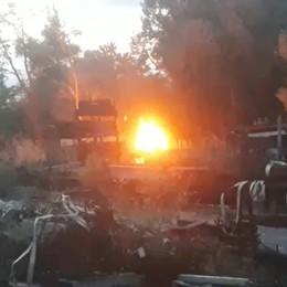 Telgate, rogo all'esterno di una ditta: fiamme domate dai vigili del fuoco - Video