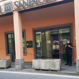 Terno d'Isola, rompe la vetrata della banca in cerca di soldi: denunciato