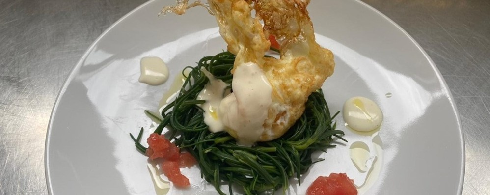 Uovo fritto su nido di agretto, dadolata di pomodoro e fonduta alla fontina