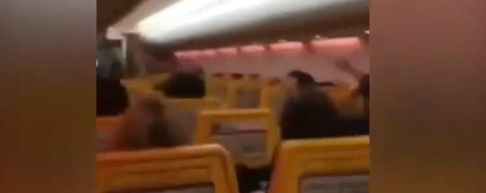 Volo Porto-Bergamo, il comandante annuncia in diretta la vittoria dell'Italia: esplode la gioia -Video
