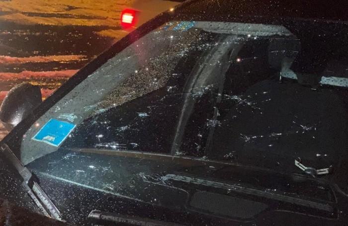 Il parabrezza di un'auto danneggiato ad Ardesio