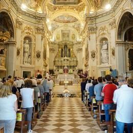 «Grazie don Francesco», l'ultimo abbraccio al parroco di San Paolo d'Argon