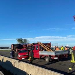 Si ribalta un furgoncino, incidente sulla 470 a Treviolo - Foto