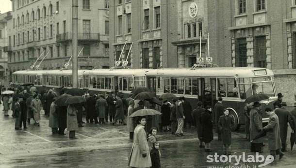 Anni Cinquanta a Bergamo, i nuovi filobus  in piazza della Libertà
