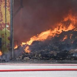 Incendio a Urgnano, danni ingenti La colonna di fumo visibile da chilometri
