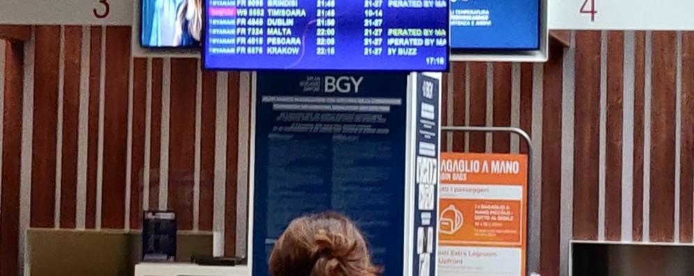 La pioggia e il vento colpiscono anche l'aeroporto: voli dirottati e ritardi nel pomeriggio