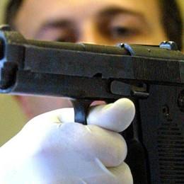 Minacciò il gestore di un bar con pistola giocattolo a Selvino, «Daspo» di un anno per un 51enne