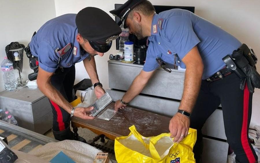 Scappa all'alt, inseguito e arrestato: aveva un chilo di cocaina e 200 mila euro in contanti