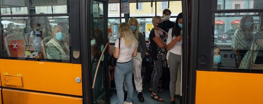 Scuola e trasporti, si rivedono gli ingressi: due terzi dei ragazzi alle 8, gli altri alle 10