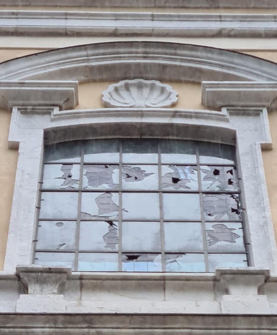Vetrata danneggiata dalla grandine alla chiesa parrocchiale di San Giorgio ad Ardesio