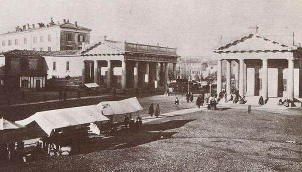 Porta Nuova alla fine dell'Ottocento:  i Propilei, il mercatino e i  cancelli daziari