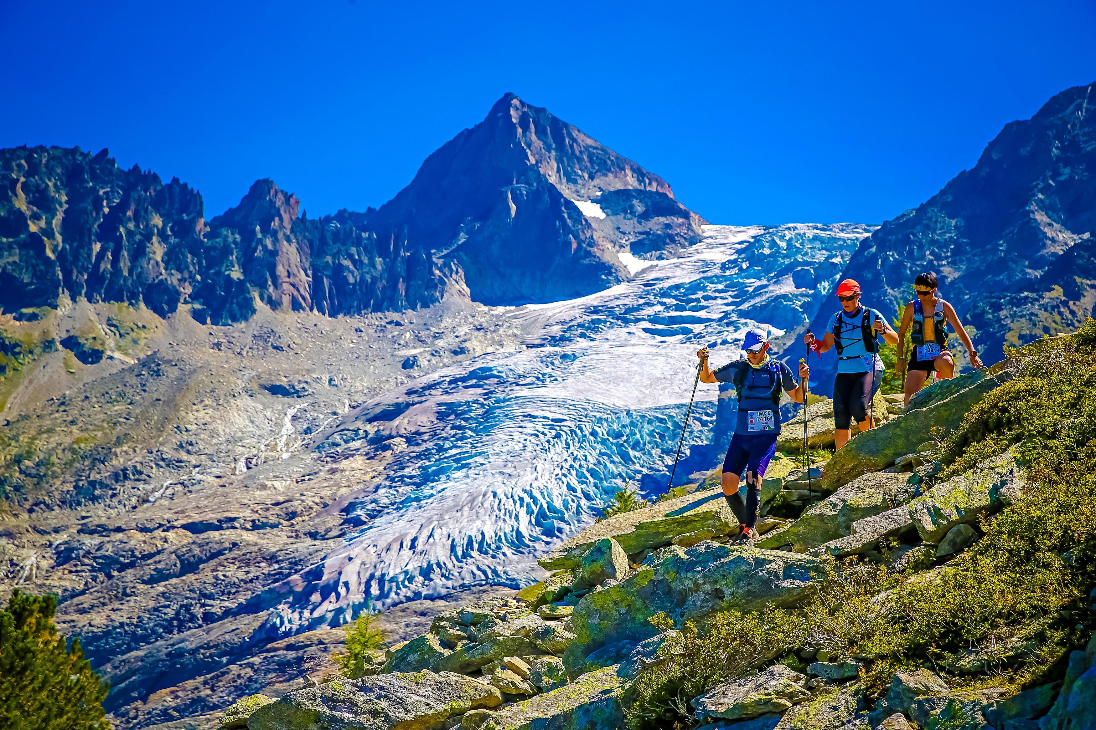 Tre donne, di corsa, attorno al Monte Bianco