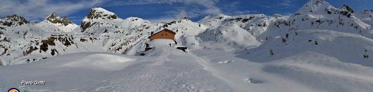 35261_61-vista-panoramica-verso-il-rif-calvi-_2006-m_-e-la-cerchia-dei-monti-della-sua-splendida-conca-carica-di-nevejpg.jpg