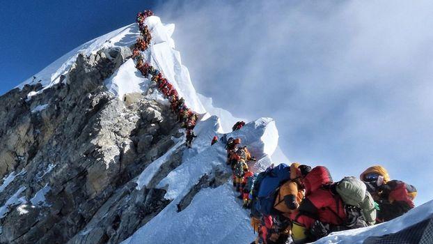 Everest, anniversario affollato