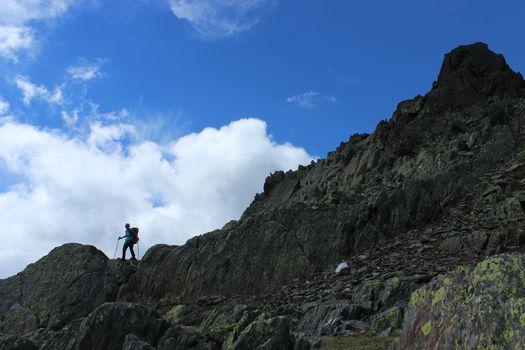 Tra monti e castelli, fate risuonare i vostri passi!