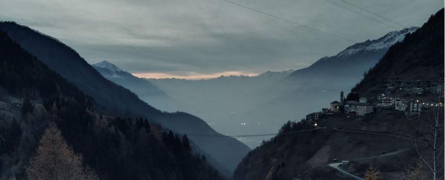 Valtartano, di notte sul ponte sospeso