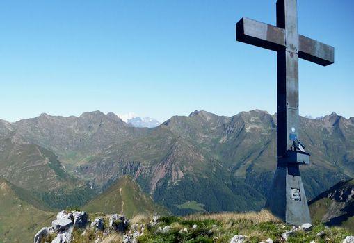 Restaurata la croce, torna sul Cimon della Bagozza