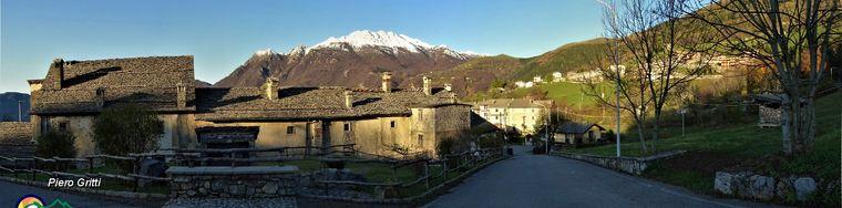 34557_10-vista-panoramica-sull_antico-borgo-di-arnosto-di-fuipiano-imagna-con-vista-in-resegonejpg.jpg
