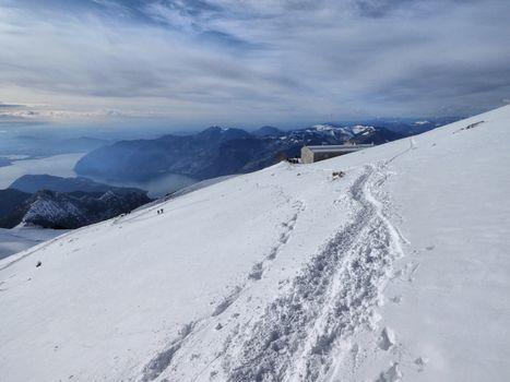 Sulle neve ciaspole, sci e anche una palla