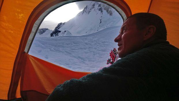 Broad Peak, Urubko travolto da una valanga.  Ora è salvo al campo base