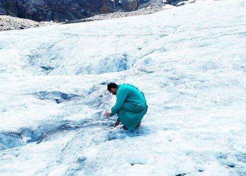 La plastica ha contaminato anche i ghiacciai. Indagine ai Forni