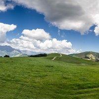 Le nuvole che si specchiano nel laghetto,intorno e'verde estivo,la Presolana sullo sfondo...che bella giornata!!Bravo!!